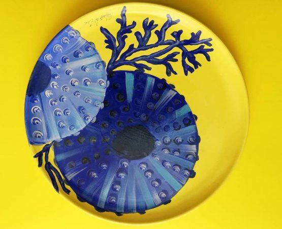 Piatto terracotta giallo con ricci blu e corallo
